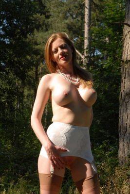 Дівчина з великими грудьми - хтива повія